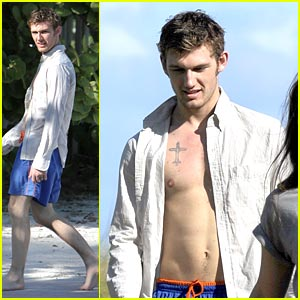 Alex Pettyfer: Beach Boy in Miami!