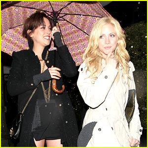 Brittany Snow & Jessica Stroup: Beso Besties