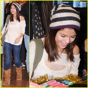Selena Gomez: Fan Friendly in Tokyo!