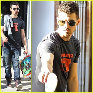 Joe Jonas: Ping Pong with Pals!