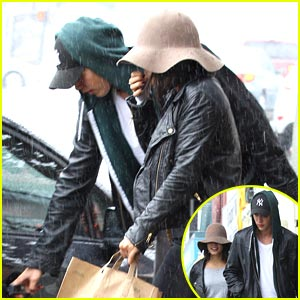Vanessa Hudgens &#038; Austin Butler: Red Rain Boots!