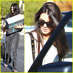 Kendall &#038; Kylie Jenner: Last Minute Christmas Shopping