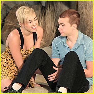 Miley Cyrus: New 'Two & A Half Men' Stills!