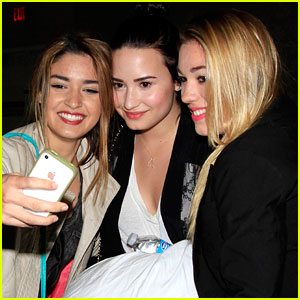 Demi Lovato: Fan Friendly at LAX!