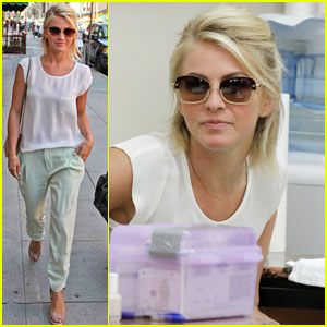 Julianne Hough: Nail Salon Stop