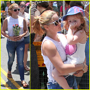 Ariel Winter: Family Fun at the Farmer's Market!