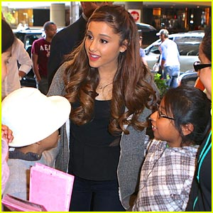 Ariana Grande: Fan Friendly in NYC!