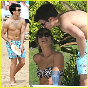 Joe Jonas: Shirtless Frisbee Game in Hawaii