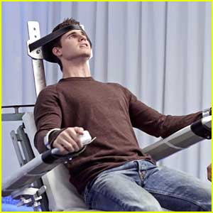 Robbie Amell: Strapped In & Restrained for 'The Tomorrow People' Tonight
