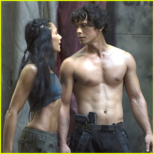 Bob Morley: Shirtless in New '100' Tonight!