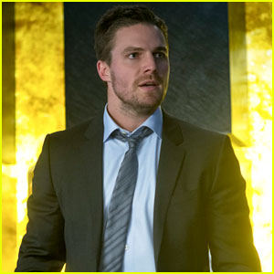 Oliver Protects His Family on Tonight's 'Arrow'