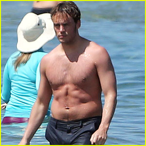 Sam Claflin Shows Off Buff Bod While Shirtless in Hawaii Again!
