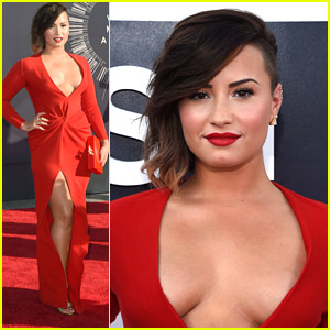 Demi Lovato Is Red Hot at MTV VMAs 2014!