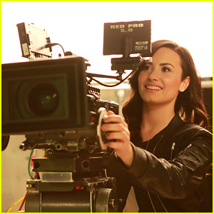 Demi Lovato Plays the Biggest Game of Twister Ever With Her Lovatics!