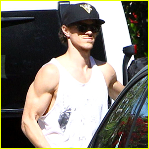 Ryan Dorsey Shows Off Buff Muscles for Grocery Shopping Trip