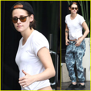 Kristen Stewart Gives a Big Thumbs Up During a Break For Fresh Air