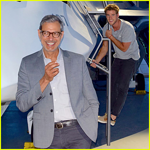 Liam Hemsworth Hilariously Photobombs Jeff Goldbum!