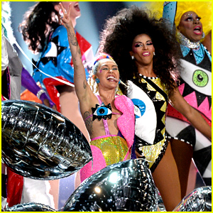 Miley Cyrus' MTV VMAs 2015 Performance (Video)