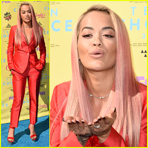 Rita Ora Blows Kisses to Fans at Teen Choice 2015!