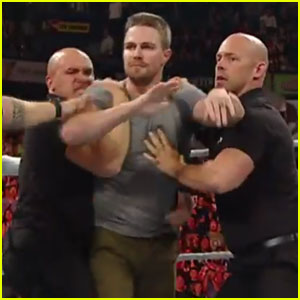 Stephen Amell Gets into the Ring at RAW, Challenges Stardust to Match at SummerSlam 2015!