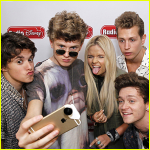 Alli Simpson Take Silly Selfies With The Vamps!