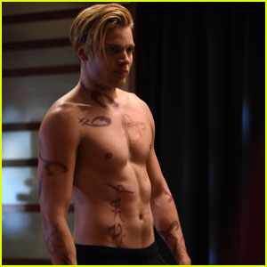 Dominic Sherwood Shows Off Ripped Shirtless Body on Tonight's 'Shadowhunters'