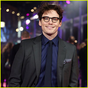 Sam Claflin Flashes a Grin at 'How To Be Single' Premiere in London