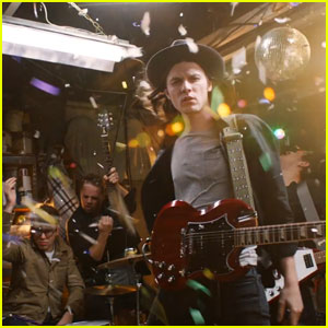 James Bay Puts on His 'Best Fake Smile' in New Music Video - Watch Now!