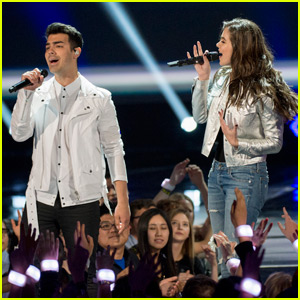 Hailee Steinfeld & DNCE Perform Together at RDMA 2016