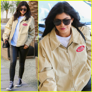 Hailey Baldwin Gives Kylie Jenner a Facial
