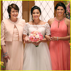 Get Your First Look at Jane's Wedding Dress on 'Jane the Virgin'!