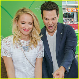 'Pitch Perfect' Stars Skylar Astin & Anna Camp Judge A Cappella Contest
