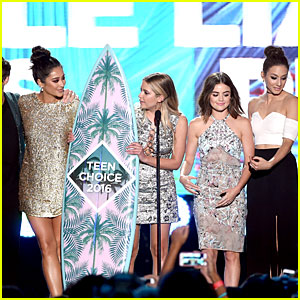 'Pretty Little Liars' Cast Pick Up A Ton of Surfboards at Teen Choice Awards 2016