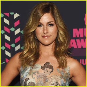 Cassadee Pope Shows Off Cute New Haircut!