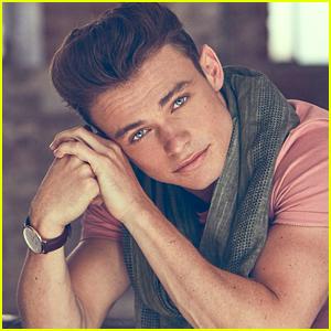 'Descendants 2' Casts Thomas Doherty as Captain Hook's Son!