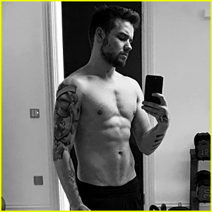 Liam Payne Puts Abs on Display for New Shirtless Selfie!