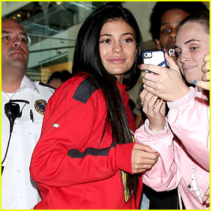 Kylie Jenner Greets Fans at Her First-Ever Pop-Up Shop!