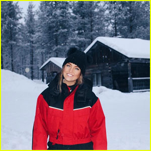 Perrie Edwards Found Santa During A Snowy Holiday With Friends!