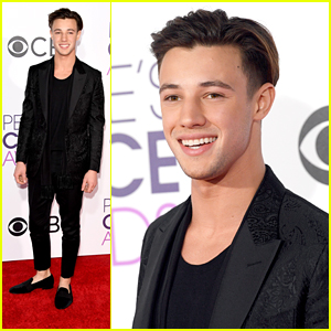 Cameron Dallas Makes It Just in Time For People's Choice Awards 2017