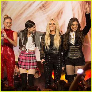 Kelsea Ballerini, Sofia Carson, & Hailee Steinfeld Perform Britney Spears Tribute at RDMAs