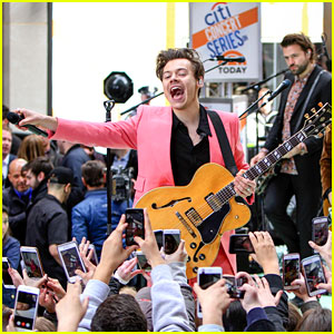 Fans React to Harry Styles's Hot Pink Suit