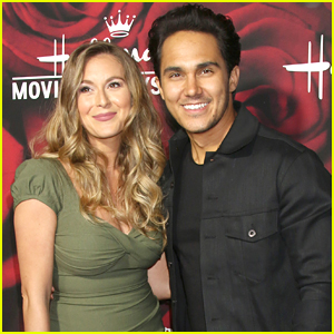 alexa carlos penavega team up for hallmark christmas movie together