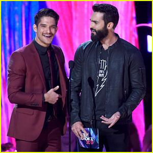 Tyler Posey & Tyler Hoechlin Jokingly Mix Up Their Lines at Teen Choice Awards 2017