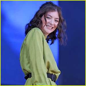 Lorde's Green Outfit Gets Our 'Green Light'