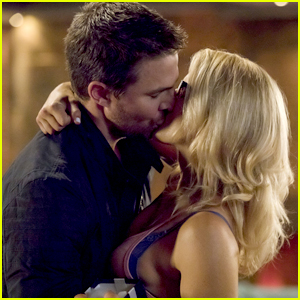 Stephen Amell Teases Olicity's Relationship Outlook on 'Arrow': 'It Looks Good'