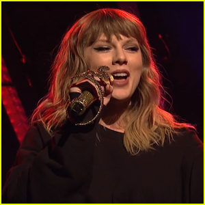 Taylor Swift Has a Cool New Accessory - a Snake Microphone!