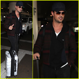Taylor Lautner Arrives Home After Fun Trip to Chicago!