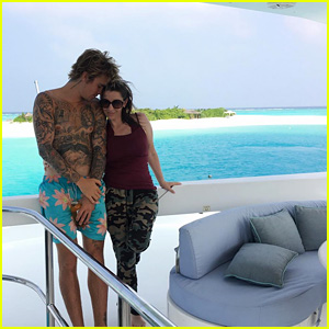 Justin Bieber Is Hanging Out With His Mom Pattie Mallette on Vacation!