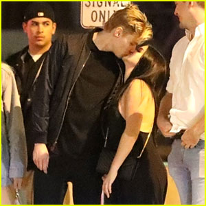 Ariel Winter & Levi Meaden Share a Smooch at the Santa Monica Pier