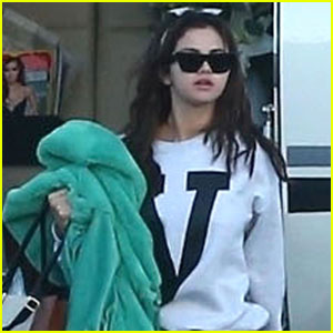 Selena Gomez Shows Off Her Cute & Casual Airport Style!